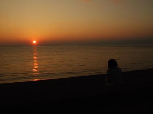 夕日を眺める可愛い子