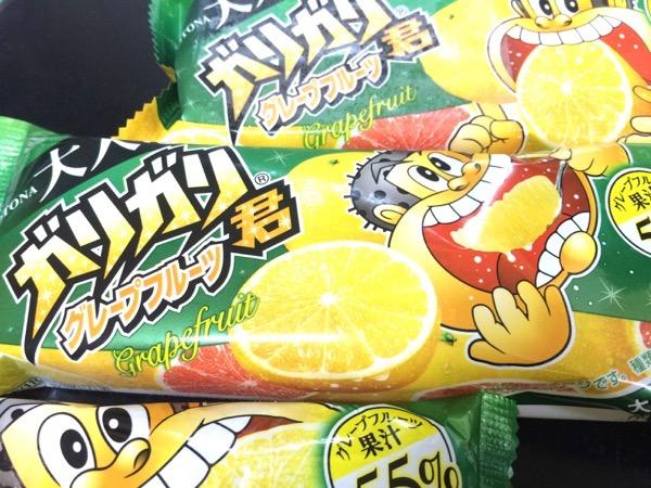 果汁55%は伊達じゃない!!グレープフルーツの酸味と苦味、程良く細かい氷を存分に楽しめる!『大人なガリガリ君 グレープフルーツ』大人の女性を意識して開発されたらしいよ!